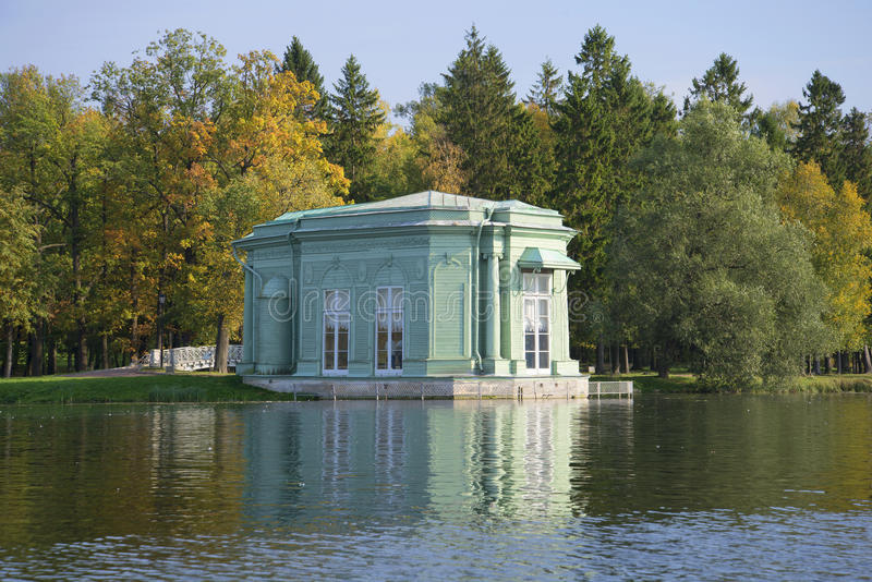 Vista del pabellón del día de Venus septiembre Parque de Gatchina, región de Leningrad imagen de archivo libre de regalías