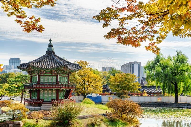 Vista del padiglione di Hyangwonjeong del palazzo di Gyeongbokgung a Seoul fotografia stock