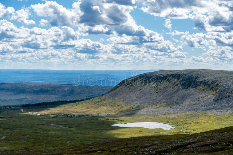 Vista del paesaggio degli altopiani nordici svedesi fotografia stock libera da diritti