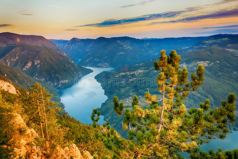 Vista del paesaggio della montagna di Cesalpina di stena di Banjska con l'alba immagine stock libera da diritti