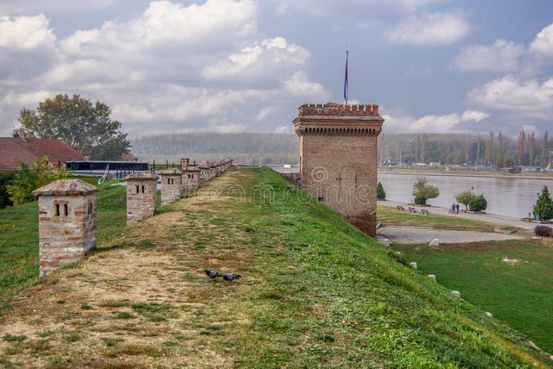 Vista del paesaggio della parete e della torre della fortezza vicino al fiume il Drava fotografie stock