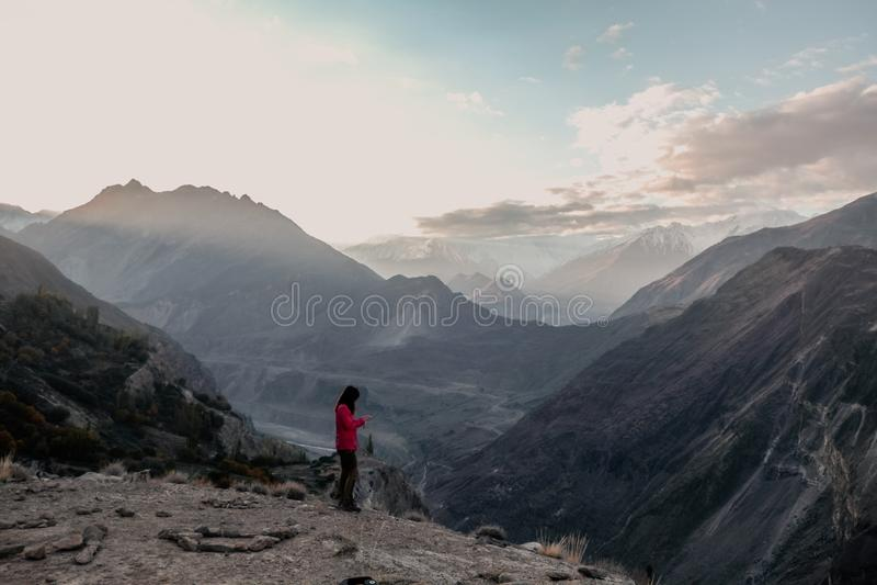 Vista del paesaggio di alba sopra la catena montuosa di Karakoram in valle di Hunza Nagar Gilgit baltistan, Pakistan immagini stock
