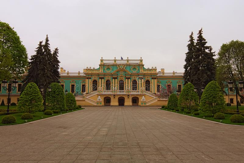 Vista del paesaggio di stordimento del palazzo di Mariyinsky a Kiev, Ucraina È la residenza cerimoniale ufficiale del presidente  fotografie stock libere da diritti