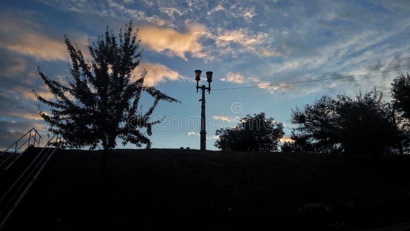Vista del paesaggio Fiume luminoso e colourfull Tramonto del cielo fotografie stock libere da diritti