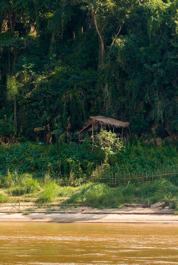 Vista del paesaggio del fiume Nam Khan, Luang Prabang, Laos Copi lo spazio per testo verticale immagini stock libere da diritti