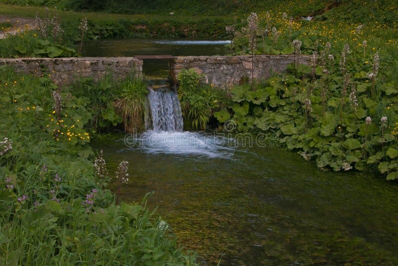 Vista del paesaggio idilliaco con poca cascata, Umbria della molla fotografia stock libera da diritti
