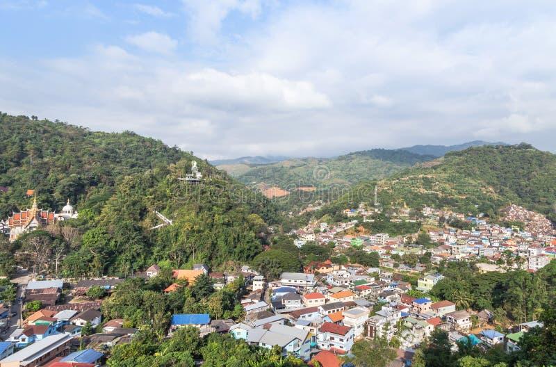 Vista del paesaggio sopra la comunità myanmar di Tachileik fra il confine tailandese - il myanmar dal punto di vista del tempio d fotografie stock