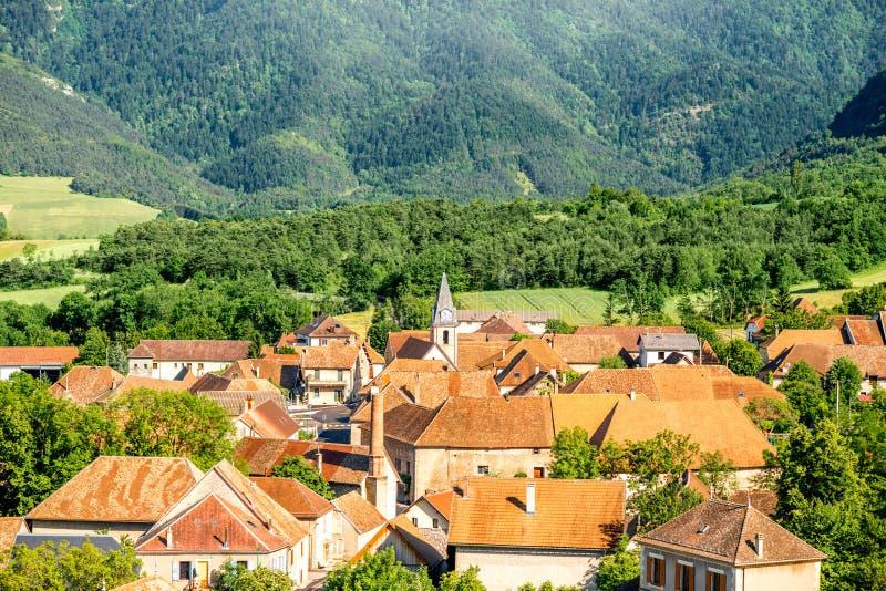 Vista del paesaggio sul villaggio in Francia immagine stock