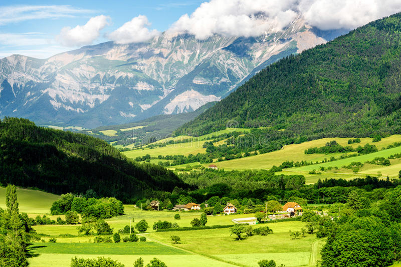 Vista del paesaggio sul villaggio in Francia immagini stock libere da diritti