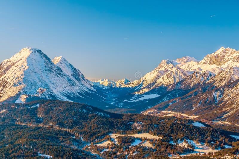 Vista del paisaje alpino del invierno en el estado federal austríaco del Tirol Seefeld austria foto de archivo
