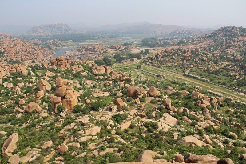 Vista del paisaje de piedra inusual y las ruinas de Hampi de la colina Matanga Centro sagrado Karnataka La India foto de archivo libre de regalías