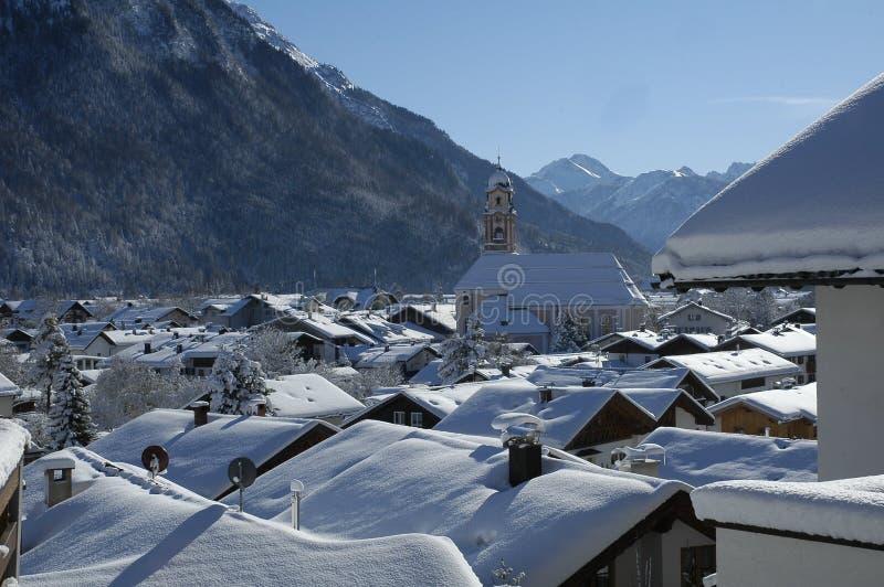 Vista del paisaje escénico del invierno en las montañas bávaras imagenes de archivo