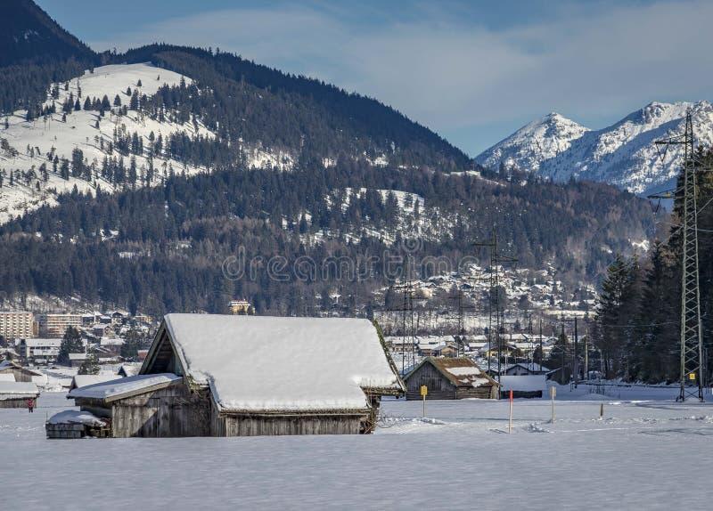 Vista del paisaje escénico del invierno en las montañas bávaras foto de archivo libre de regalías