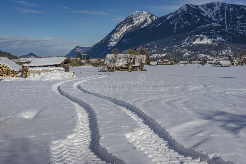 Vista del paisaje escénico del invierno en las montañas bávaras fotografía de archivo libre de regalías