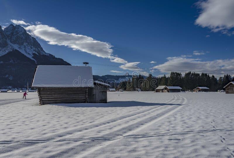 Vista del paisaje escénico del invierno en las montañas bávaras fotografía de archivo