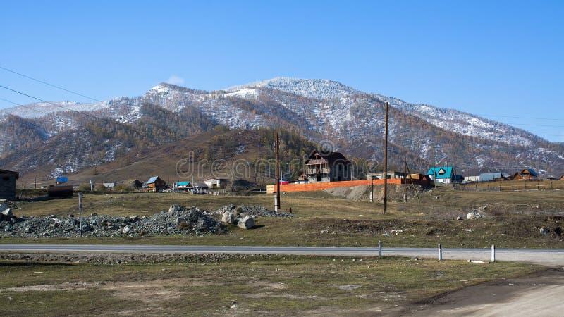 Vista del paisaje nevoso de Altay Mountains cerca del pueblo de Onguday, república de Altai fotos de archivo libres de regalías