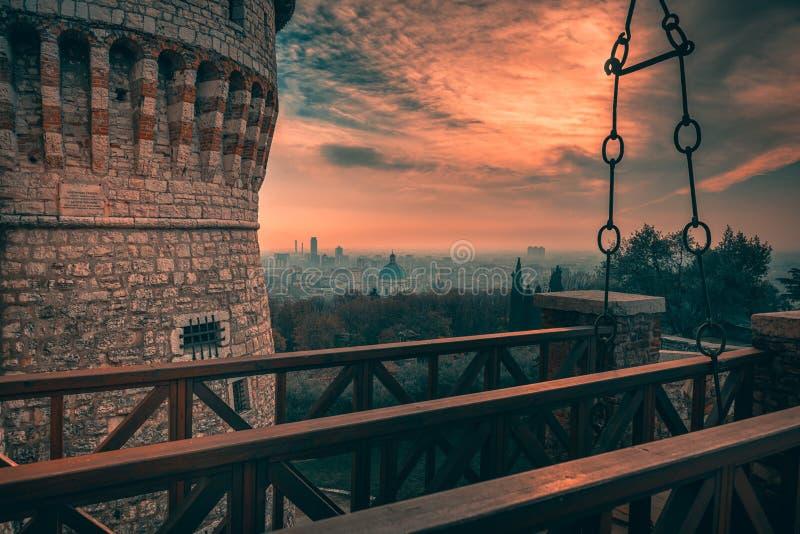 Vista del paisaje urbano de Brescia al castillo fotografía de archivo