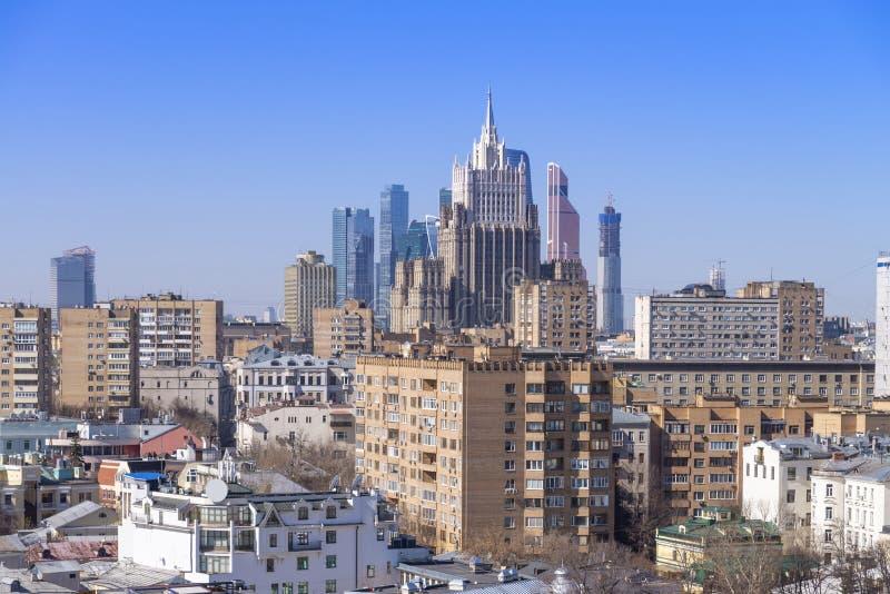 vista del paisaje urbano de Moscú, de la ciudad histórica vieja y del skyscrap urbano imagen de archivo libre de regalías