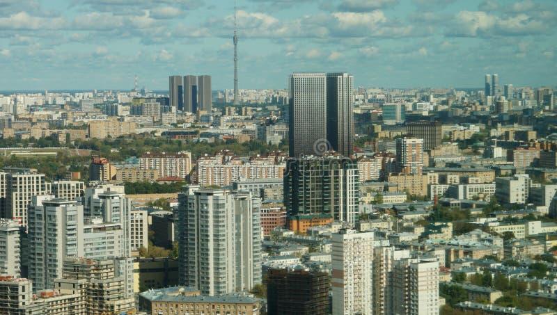 Vista del paisaje urbano de Moscú, una mezcla de edificios contra el cielo azul nublado imagenes de archivo