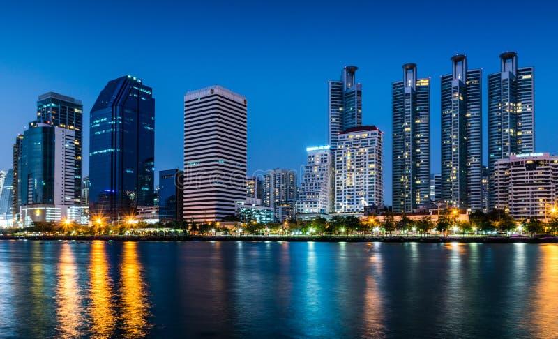 Vista del paisaje urbano en la noche con la luz de edificios en Bangkok, Tailandia fotos de archivo libres de regalías