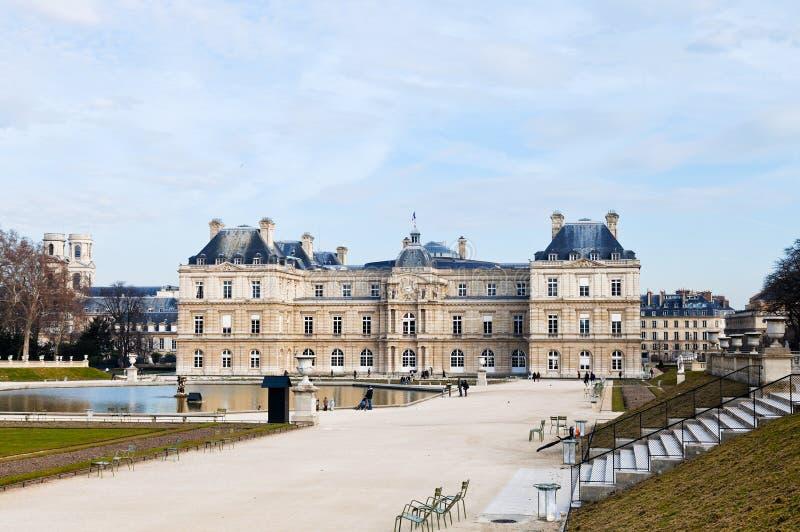 Vista del palacio de Luxemburgo en París en primavera temprana fotos de archivo libres de regalías