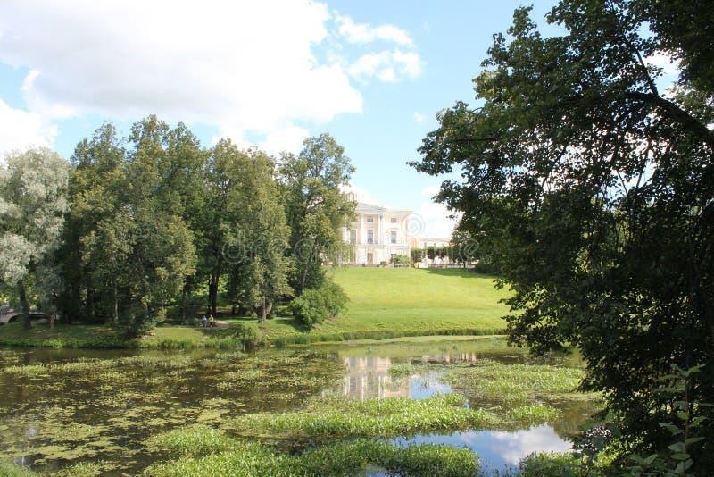 Vista del palacio del lado del río Slavyanka Parque de Pavlovsky La ciudad de Pavlovsk imágenes de archivo libres de regalías