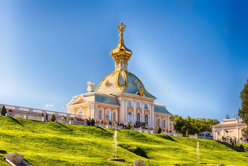 Vista del palacio y de los jardines, Rusia de Peterhof imagen de archivo