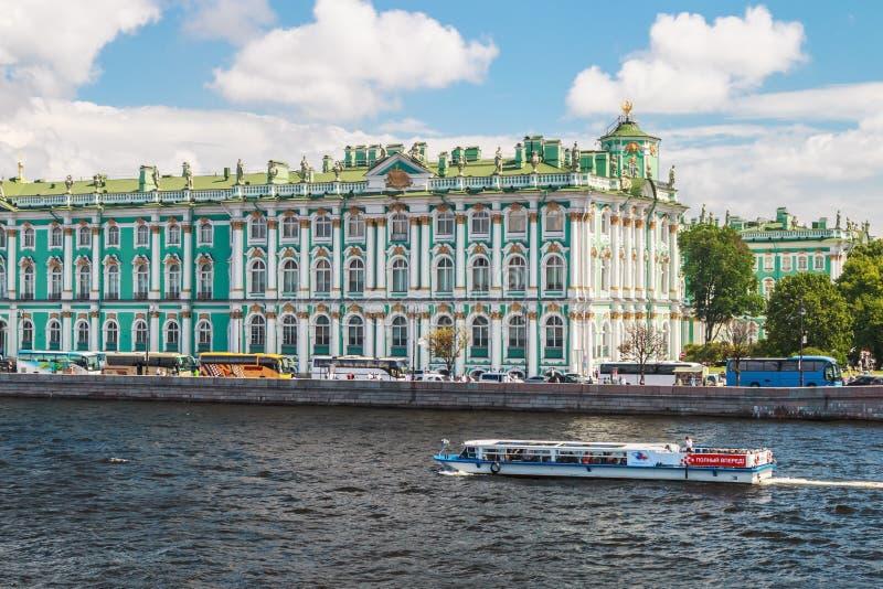 Vista del palazzo di inverno dal fiume di Neva San Pietroburgo, Russia fotografia stock libera da diritti