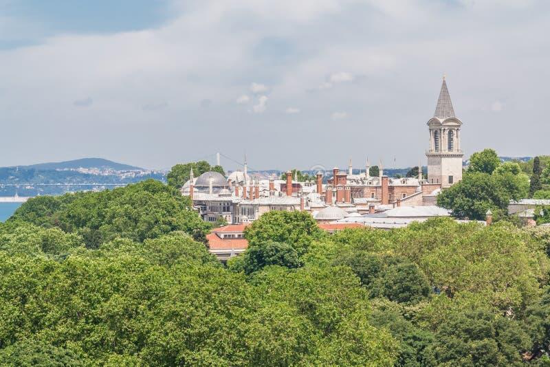 Vista del palazzo di Topkapi, fra gli alberi a Costantinopoli, la Turchia immagini stock