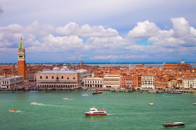 Vista del palazzo ducale e del campanile della cattedrale di St Mark a Venezia fotografia stock libera da diritti