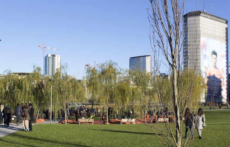 Vista del parco di alberi di degli di biblioteca a Milano fotografie stock