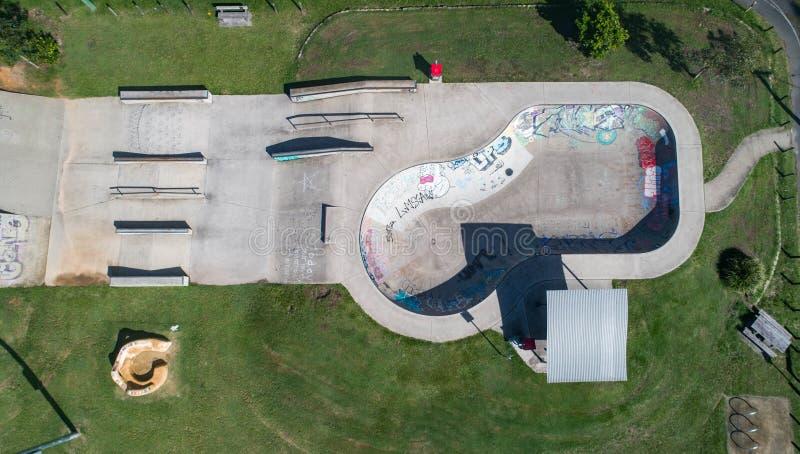 Vista del parco del pattino da sopra Cima del fuco giù sparata di un parco del pattino ad alba con differenti tipi degli scorrevo fotografia stock libera da diritti