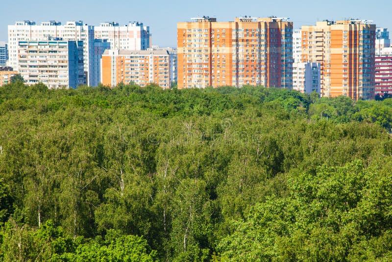 Vista del parco verde della città e delle case residenziali immagini stock libere da diritti