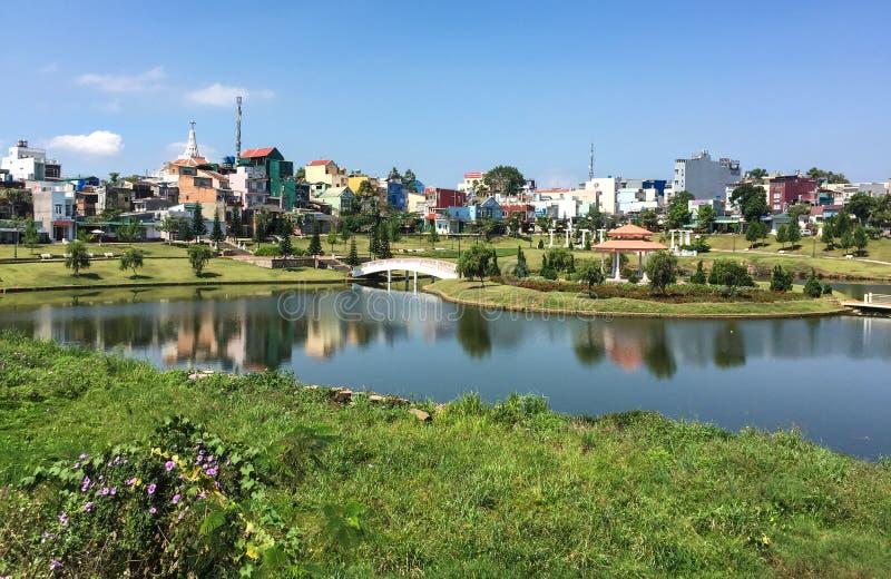 Vista del parque con el lago en Bao Loc, Vietnam imagenes de archivo