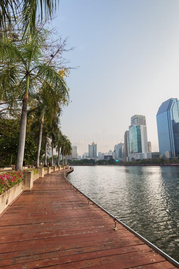 Vista del parque de Benjakitti en Bangkok fotos de archivo libres de regalías