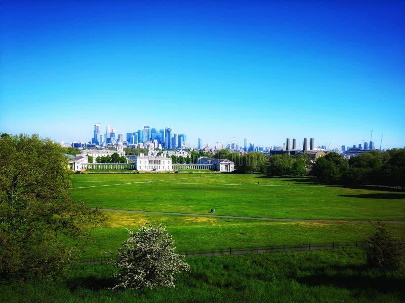 Vista del parque de Greenwich, de la casa del Queens y de Canary Wharf fotos de archivo