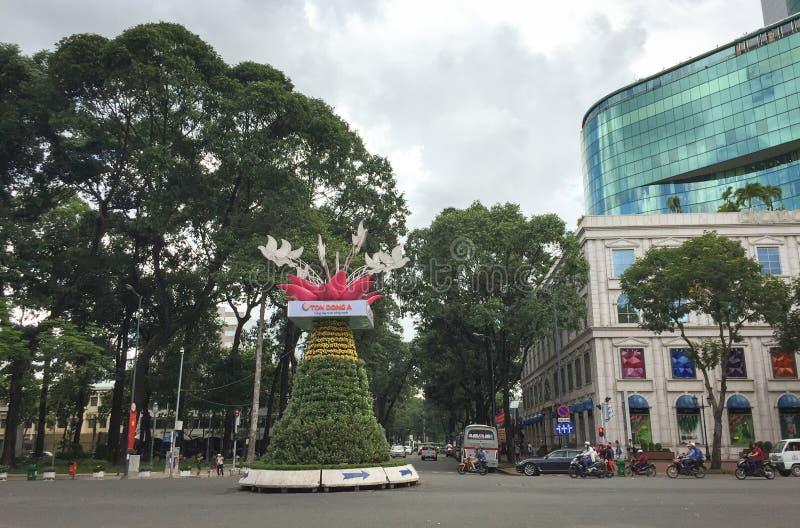 Vista del parque de Tao Dan con la alameda de compras en Saigon, Vietnam fotografía de archivo
