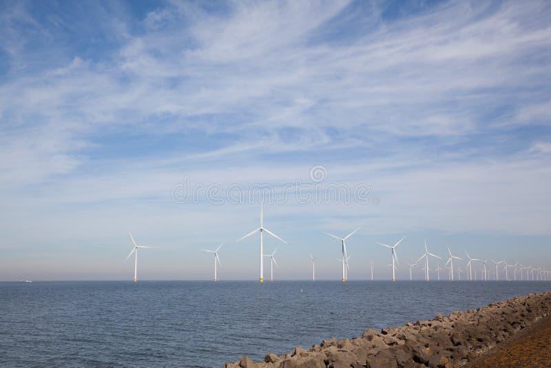 Vista del parque eólico en el Noordoostpolder holandés, Flevolanda imagen de archivo libre de regalías
