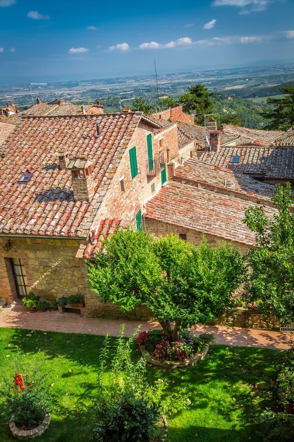 Vista del parque hermoso en una pequeña ciudad en Toscana imágenes de archivo libres de regalías