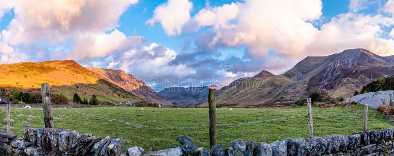 Vista del paso de Nant Ffrancon en el parque nacional de Snowdonia, con el soporte Tryfan en el fondo Gwynedd, País de Gales, Rei imágenes de archivo libres de regalías