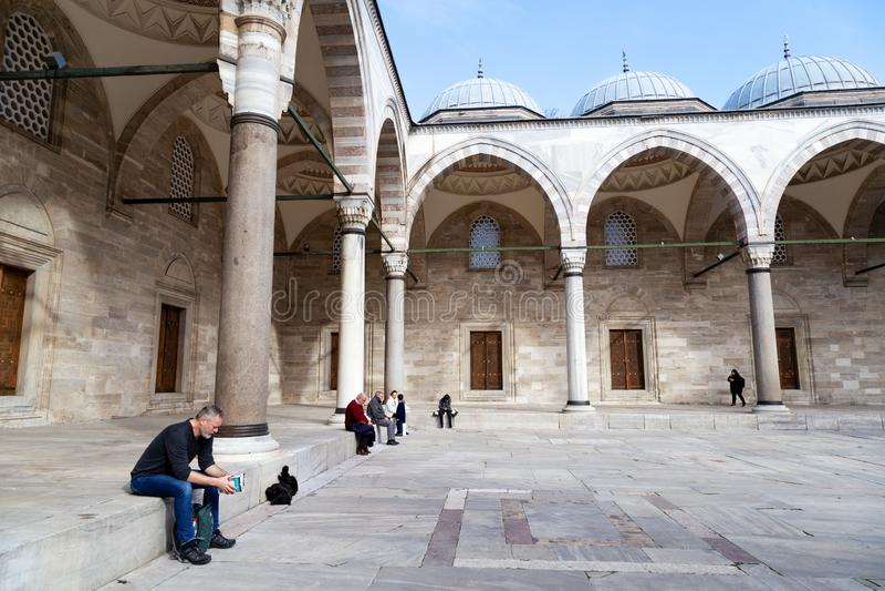 Vista del patio interior de la mezquita de Suleymaniye Los turistas locales y extranjeros vienen ver que la mezquita y algo de el fotografía de archivo libre de regalías