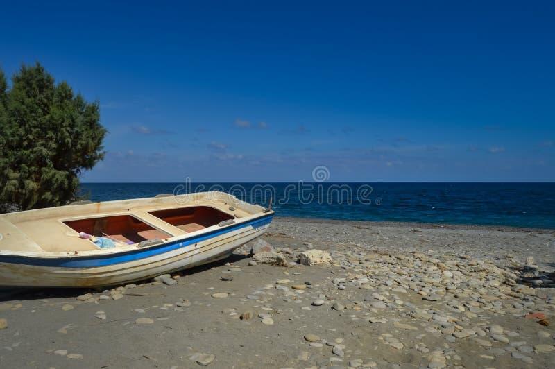 Download Vista Del Pebble Beach De Maleme Con Un Barco Foto de archivo - Imagen de paraíso, cubo: 100530688