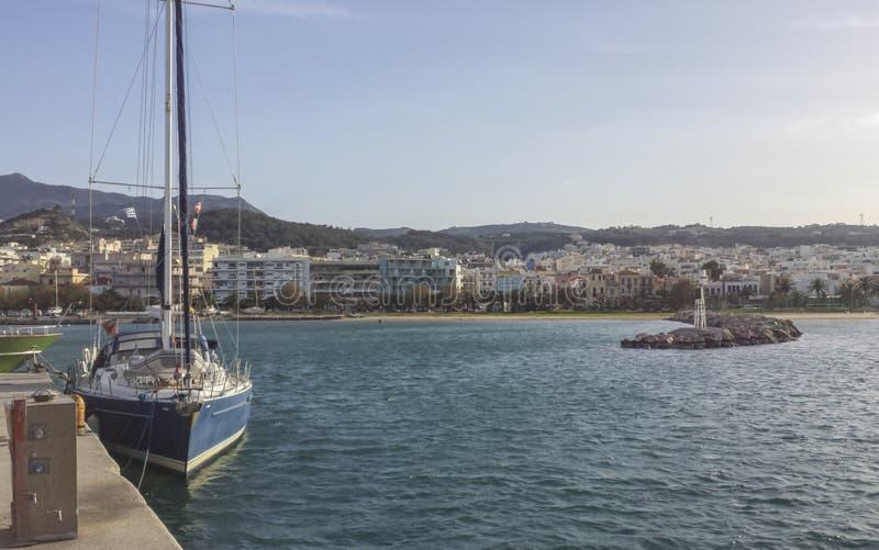 Vista del pequeño puerto de Rethimno y de la ciudad en el fondo fotos de archivo libres de regalías