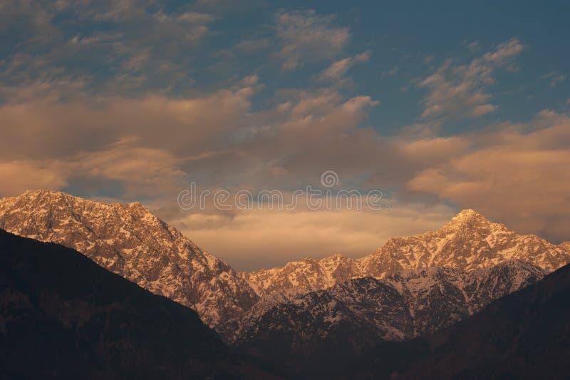 Vista del picco della neve di tramonto nell'inverno al villaggio di Sidhpur in Dharamsal immagini stock