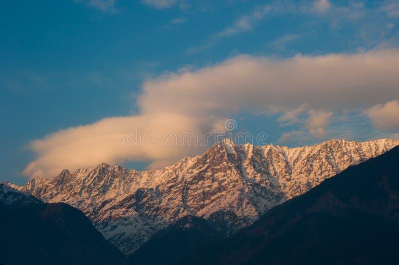 Vista del picco della neve di tramonto nell'inverno al villaggio di Sidhpur in Dharamsal fotografie stock