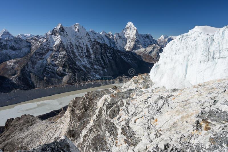 Vista del picco di montagna di Ama Dablam dal picco dell'isola, regione di Everest, fotografie stock