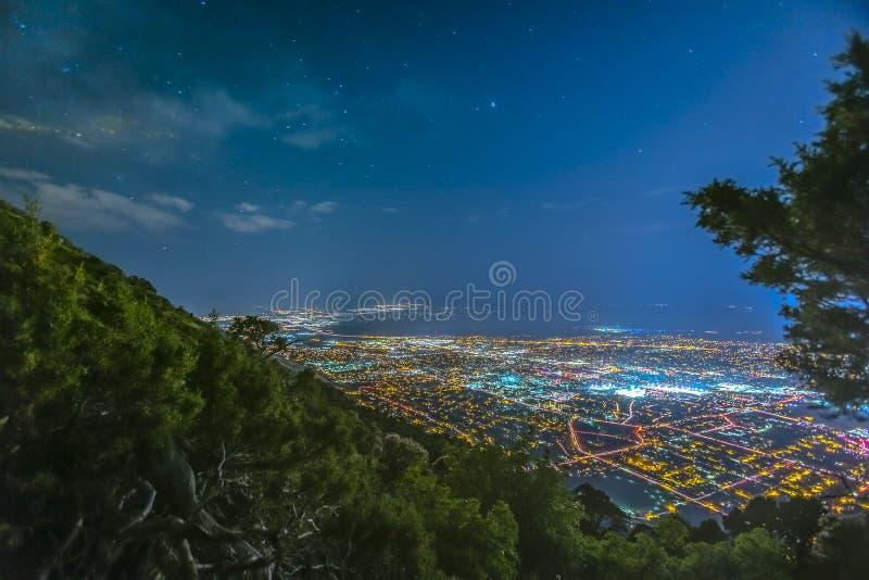 Vista del pico de la india de la forma de la ciudad de Provo en la noche imagenes de archivo
