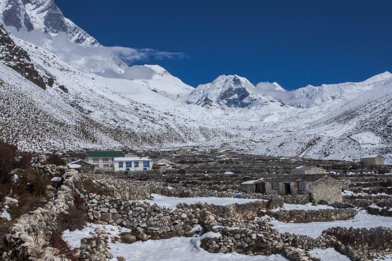 Vista del pico de la isla en el pueblo de Dingboche fotos de archivo libres de regalías