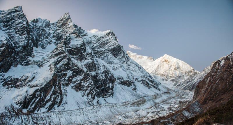 Vista del pico nevado del soporte Manaslu durante salida del sol 8 156 metros con las nubes en Himalaya, día soleado en el glacia imagen de archivo libre de regalías
