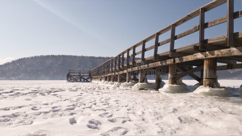 Vista del pilastro di legno sul fiume di Angara vicino al villaggio di Taltsy in Russia fotografie stock